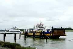 transportez en bac au-dessus de la nouvelle voie d'eau de Maassluis à Rozenburg Image stock