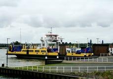 transportez en bac au-dessus de la nouvelle voie d'eau de Maassluis à Rozenburg Images stock