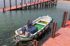 Transportez en bac avec des passagers quittant le port Helgoland à la dune opposée d'île Photographie stock