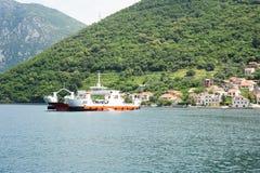 Transportez en bac entre Kamenari et Lepetane sur la baie de Kotor image stock