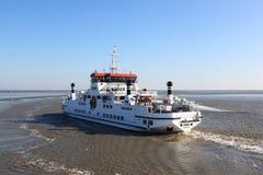 Transportez en bac Oerd entre le Néerlandais Holwerd et l'île d'Ameland Photos stock