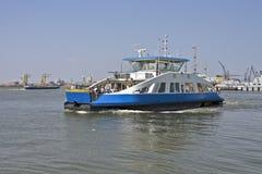 Transportez en bac sur Het IJ à Amsterdam les Hollandes image libre de droits