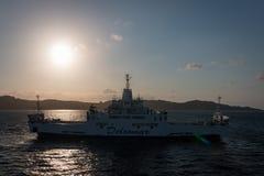 Transportez en bac sur son chemin de Palaos à la La Maddalena, Italie photographie stock libre de droits