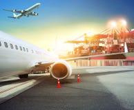Transportez l'avion de charge dans le backg de port d'aéroport et de récipient Images stock