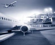 Transportez l'avion de charge dans le backg de port d'aéroport et de récipient Photographie stock libre de droits