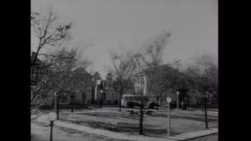 Transportez l'entraînement par la petite ville du Connecticut, les années 1940 banque de vidéos