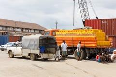 Transportez la cargaison dans le port de fouineur soit, le Madagascar image libre de droits