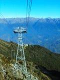 Transportez la tour sur les montagnes devant un horizon de gamme de montagne photographie stock libre de droits