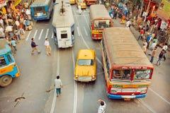 Transportez le mouvement sur la rue avec le taxi d'ambassadeur, le tram et les autobus jaunes de public à l'heure de pointe Photographie stock
