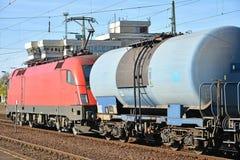Transportez le train avec des chariots de transporteur d'huile photo stock
