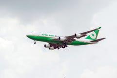 Transportez les avions de la ligne aérienne Eva Air Cargo dans le ciel Images libres de droits