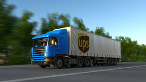 Transportez semi le camion avec le logo d'United Parcel Service UPS conduisant le long du chemin forestier Rendu 3D éditorial Photo libre de droits