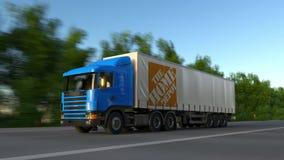 Transportez semi le camion avec le logo de Home Depot conduisant le long du chemin forestier, boucle sans couture Agrafe 4K édito illustration de vecteur