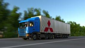 Transportez semi le camion avec le logo de Mitsubishi conduisant le long du chemin forestier Rendu 3D éditorial Photos stock