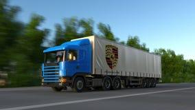 Transportez semi le camion avec le logo de Porsche conduisant le long du chemin forestier Rendu 3D éditorial Images libres de droits