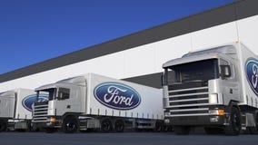 Transportez semi les camions avec le chargement ou le déchargement de logo de Ford Motor Company au dock d'entrepôt Rendu 3D édit Photos stock