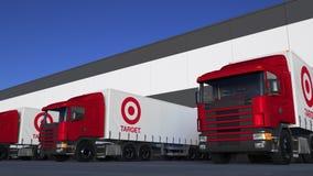 Transportez semi les camions avec le chargement ou le déchargement de logo de Target Corporation au dock d'entrepôt Rendu 3D édit Photos libres de droits