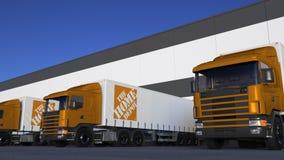 Transportez semi les camions avec le logo de Home Depot chargeant ou déchargeant au dock d'entrepôt, boucle sans couture Animatio banque de vidéos