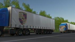 Transportez semi les camions avec le logo de Porsche conduisant le long du chemin forestier Rendu 3D éditorial Images libres de droits