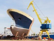 Transportez-vous dans un dock sec dans un chantier naval Photos stock