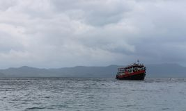 Transportez-vous en mer avec des touristes par temps nuageux Photographie stock libre de droits