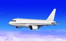 Transportflugzeug auf blauem Himmel Stockfoto