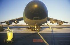 Transportflugzeug bei Dover Airforce Base, Sonnenuntergang, Dover, Delaware lizenzfreies stockfoto