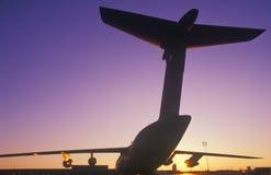 Transportflugzeug bei Dover Airforce Base, Sonnenuntergang, Dover, Delaware Lizenzfreie Stockbilder