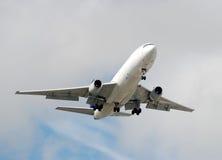 Transportflugzeug im Flug lizenzfreie stockfotos