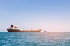 TransportFrachtschiff über Seeküstenskylinen Lizenzfreie Stockfotos