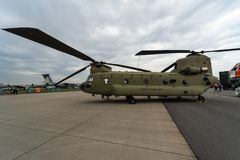 Transporthelikopter Boeing CH-47 Chinook armé oss Arkivfoton