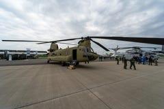 Transporthelikopter Boeing CH-47 Chinook armé oss Fotografering för Bildbyråer