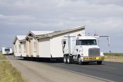 Transportieren der beweglichen Häuser Stockfotos