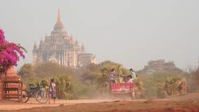 Transportieren Sie Bewegung auf staubigen Straßen glatten Zooms Bagan stock footage