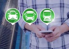 Transportieren Sie die Ikonen und Hände, die Telefon in der Stadt halten Lizenzfreie Stockbilder