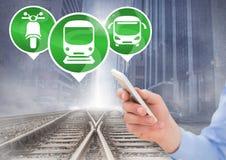 Transportieren Sie die Ikonen und Hand, die Telefon auf Eisenbahn halten Lizenzfreie Stockfotografie