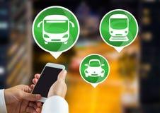 Transportieren Sie die Ikonen und Hand, die Telefon in der Stadt halten Lizenzfreie Stockbilder
