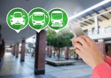 Transportieren Sie die Ikonen und Hand, die Telefon in der Station halten Stockfotos