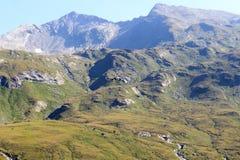Transportieren Sie Hubschrauberfliegen mit Versorgungen und Bergpanorama, Alpen Hohe Tauern, Österreich Lizenzfreie Stockfotografie