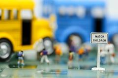Transportieren Sie Stoppschilder mit Unschärfe des Lehrers und einer Gruppe grundlegendem Sc stockbilder