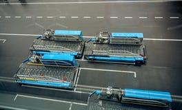 Transportierende Fahrzeuge des Gepäcks im modernen Flughafen Stockbild