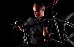 Transportierendes Fahrrad des männlichen Radfahrers Gebirgs Lizenzfreies Stockfoto