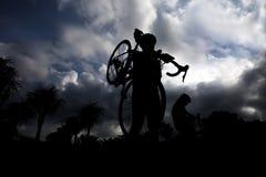 Transportierendes Fahrrad des Mannes Lizenzfreie Stockfotografie