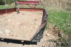 Transportion della ghiaia del trattore Immagini Stock Libere da Diritti