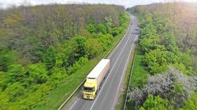 Transportlogistik Lastbil p? den intercity huvudv?gen Gr?n skog mellan v?gen arkivfoto
