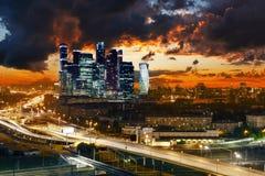 Transportmetropolis, trafik och oskarpa ljus royaltyfri foto