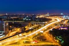 Transportmetropolis, trafik och oskarpa ljus royaltyfri fotografi
