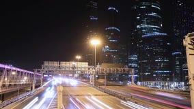 Transportmetropolis, trafik och oskarpa ljus arkivfilmer