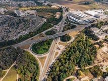 Transportmotorway Ring View från höjd, bilar och viktig infrastruktur, Ukraina royaltyfri foto