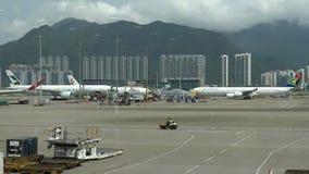transportnyttofordon för bagage 4k Spår som kör runt om flygplanet stock video